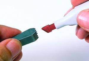 Pour changer de pointe, utiliser la pincette COPIC ou le doigt